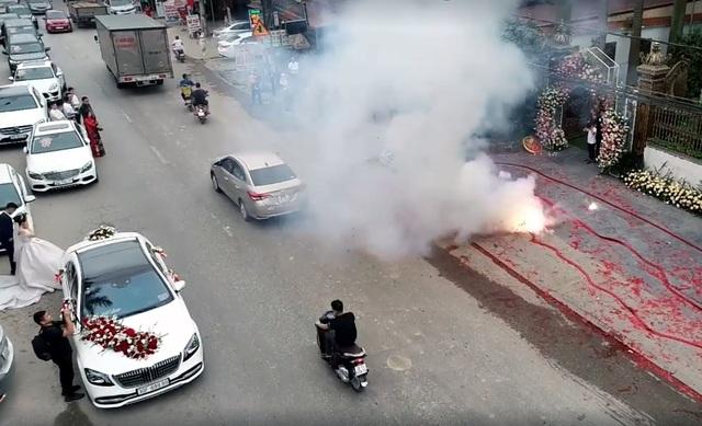 """Vụ đốt pháo """"đỏ đường"""" ở Hà Nội: Triệu tập một số người - 2"""