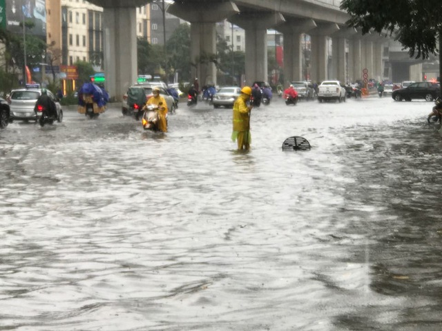 Hà Nội thành sông sau mưa lớn