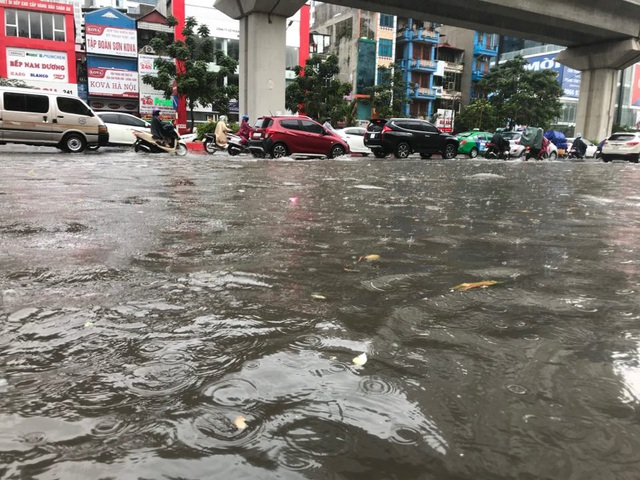 Đường phố Hà Nội ngập như sông sau trận mưa lớn bất thường