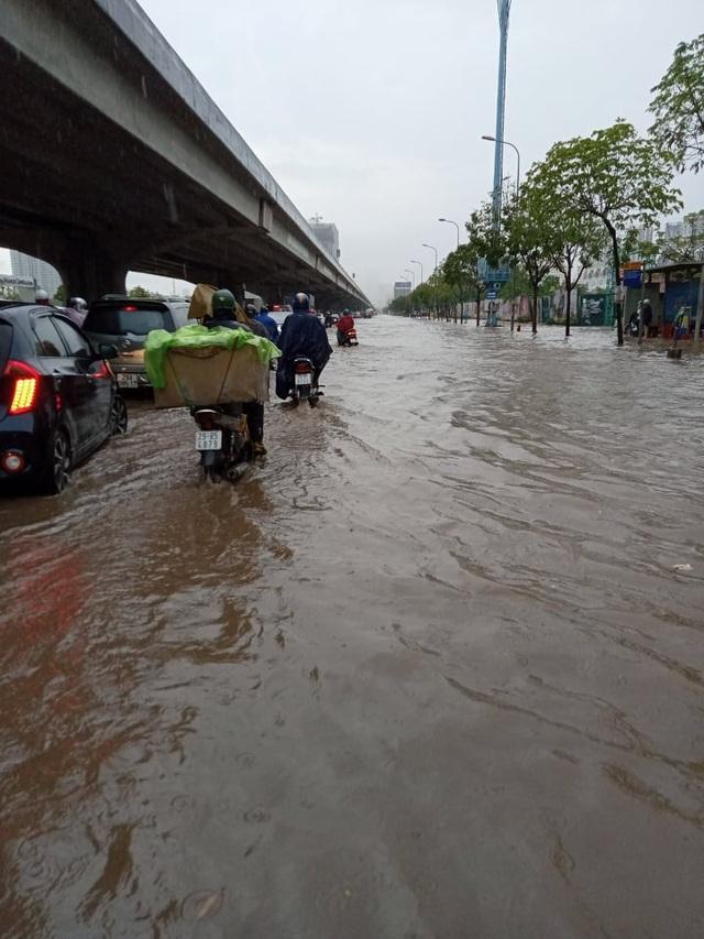 Hà Nội ngập như sông sau mưa lớn bất thường