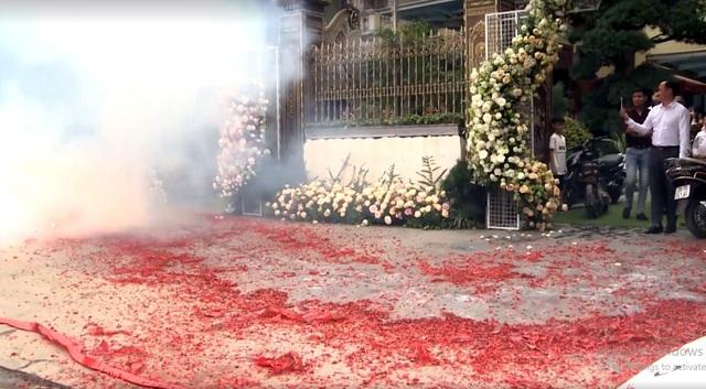 """Đám cưới đốt pháo """"đỏ đường"""""""