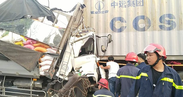 Đang giải cứu 3 người mắc kẹt trong cabin xe tải bẹp dúm - 2