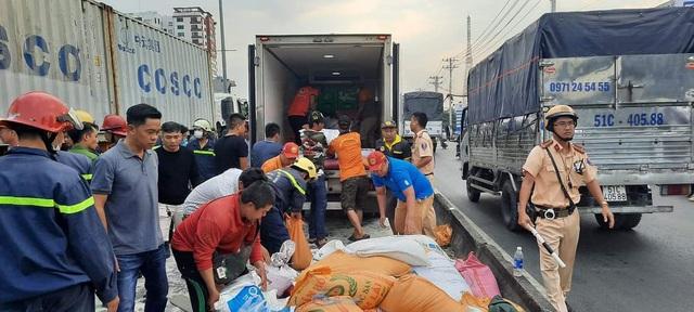 Đang giải cứu 3 người mắc kẹt trong cabin xe tải bẹp dúm - 4