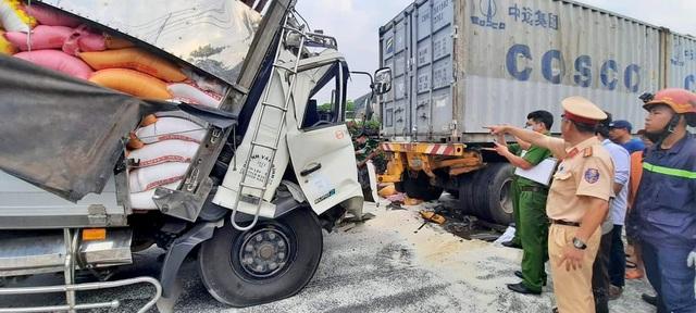 Đang giải cứu 3 người mắc kẹt trong cabin xe tải bẹp dúm - 5