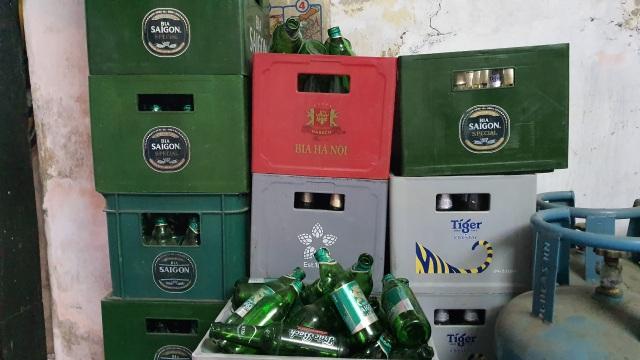Hàng tạp hoá khóc ròng vì bia tồn xếp đầy kho không bán được - 1