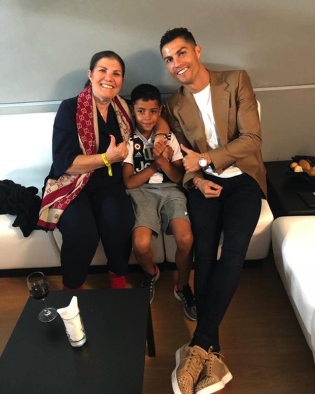 Bỏ cả tập luyện, C.Ronaldo vội vã về quê chăm mẹ đột quỵ - 1