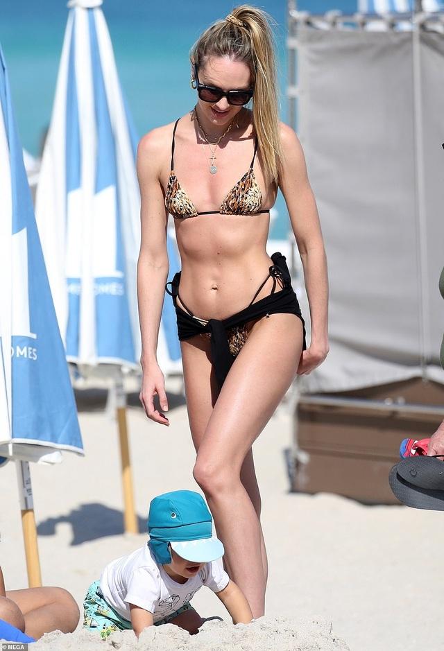 Candice Swanepoel đưa con đi biển - 3