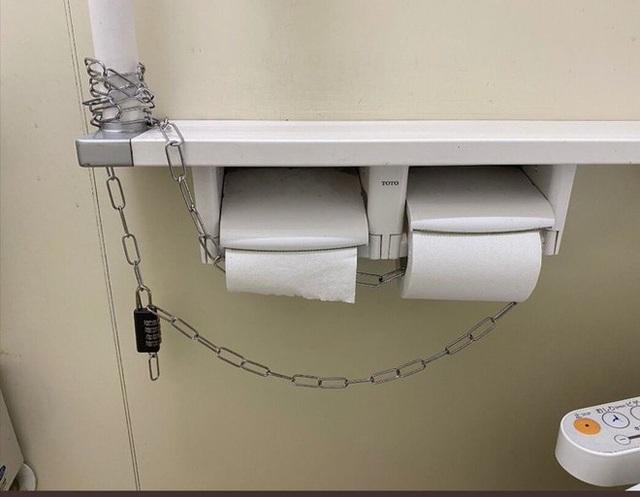 Dùng khóa chống trộm giấy vệ sinh giữa mùa dịch Covid-19 - 3