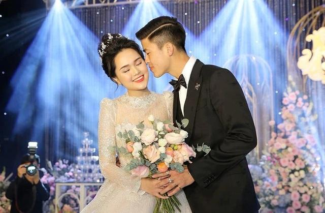 Vợ mới cưới bịn rịn tiễn Duy Mạnh sang Singapore điều trị chấn thương - 3