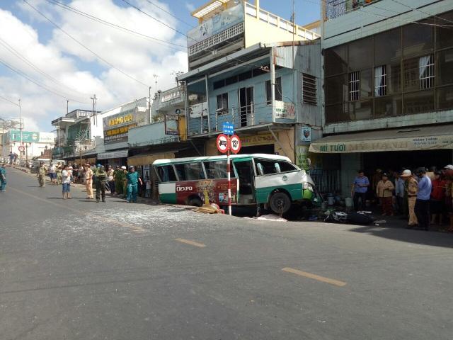 Vụ xe buýt đổ dốc cầu tông chết người: Thêm một nạn nhân tử vong - 1
