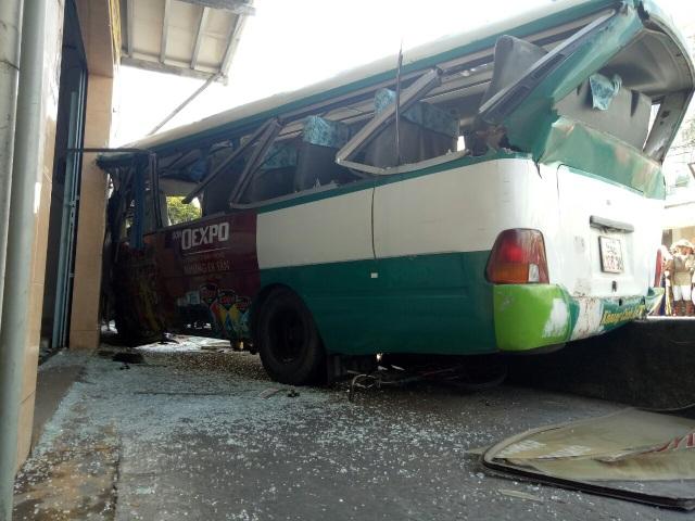 Xe buýt đổ dốc cầu tông người phụ nữ bán vé số tử vong - 2