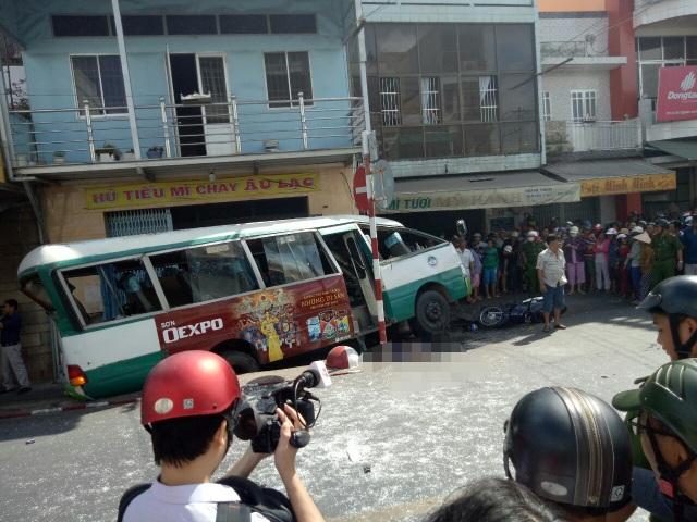 Xe buýt đổ dốc cầu tông người phụ nữ bán vé số tử vong - 1