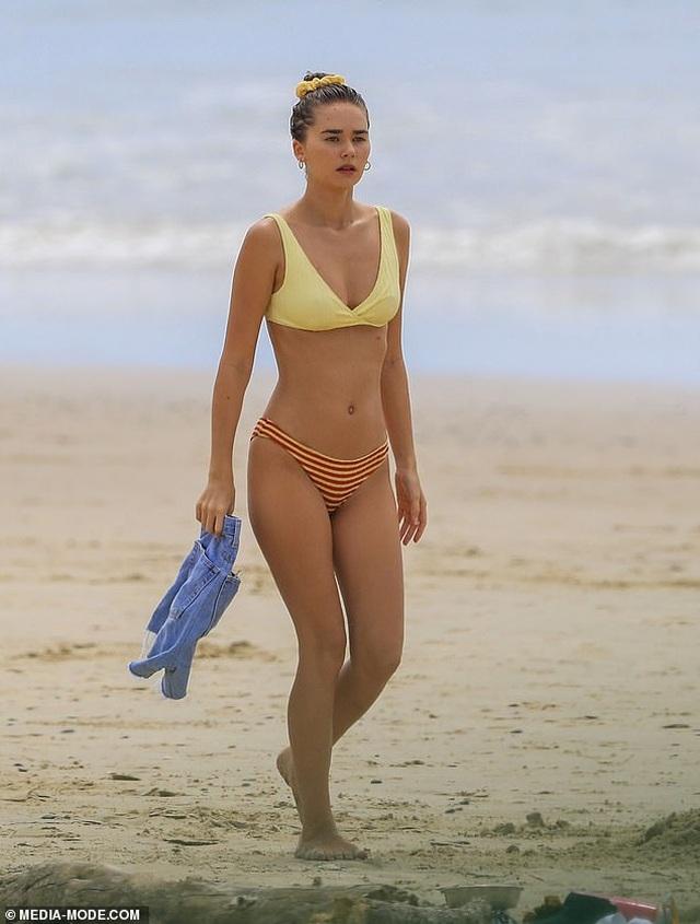 Bạn gái mới của Liam Hemsworth quyến rũ trên biển - 1