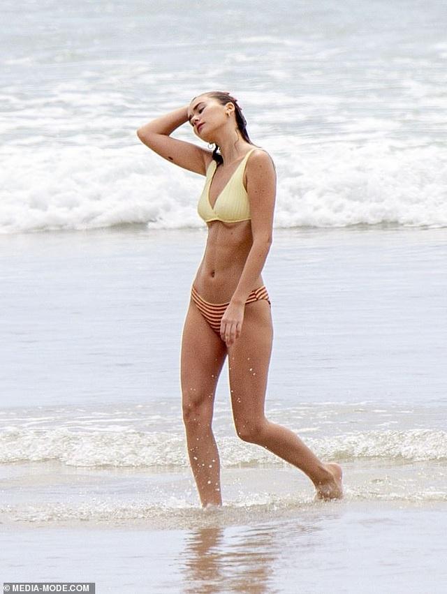 Bạn gái mới của Liam Hemsworth quyến rũ trên biển - 8