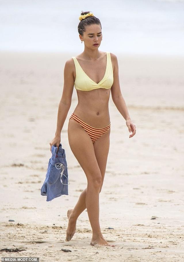 Bạn gái mới của Liam Hemsworth quyến rũ trên biển - 5