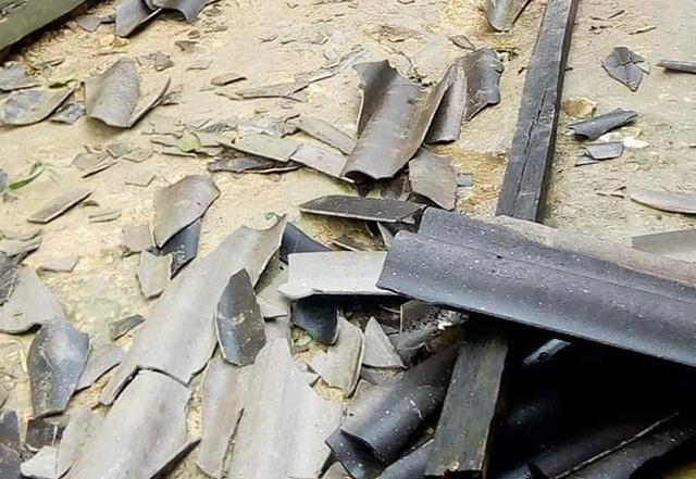 Mưa đá trắng xóa gây hư hỏng mái nhà dân - 2
