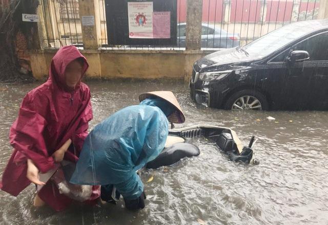 Chiều qua Hà Nội có trận mưa tháng 3 lớn nhất trong vòng 50 năm - 1