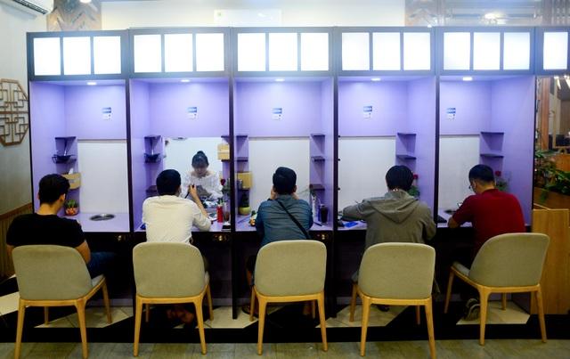 """Quán lẩu đặc biệt ở Sài Gòn giúp nhiều thanh niên """"thoát ế"""" - 2"""
