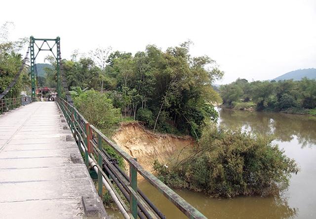 Sông Ngàn Sâu nuốt chửng vườn dân, uy hiếp cầu treo - 4