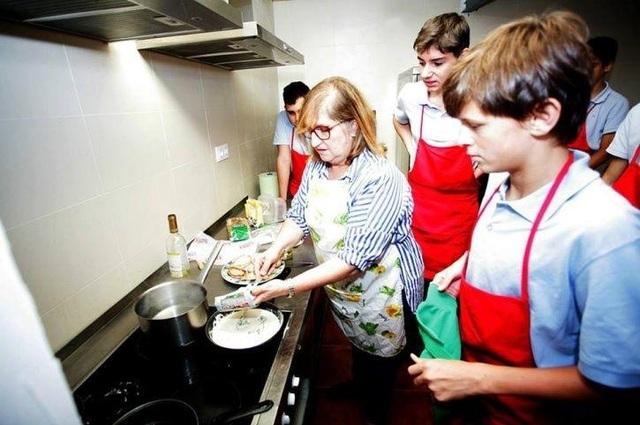 Trường học Tây Ban Nha dạy nam sinh làm việc nhà - 1