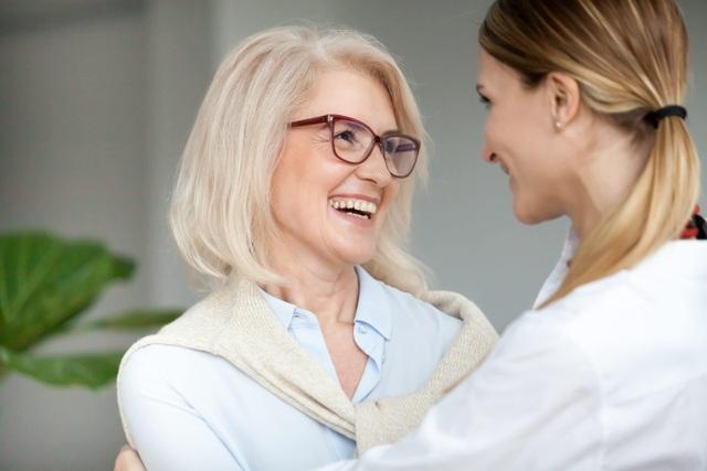 Món quà ý nghĩa để cải thiện sức khỏe thị lực của mẹ: Kính đa tròng Essilor - 1