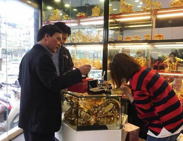 Lan hồ điệp mạ vàng 16 triệu đồng/cành, đại gia mua làm quà tặng 8/3 - 1