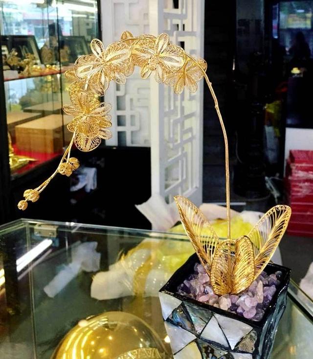 Lan hồ điệp mạ vàng 16 triệu đồng/cành, đại gia mua làm quà tặng 8/3 - 2
