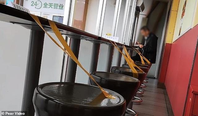 Ngăn ngừa covid-19, nhà hàng TQ cấm thực khách ngồi cạnh nhau khi ăn - 2