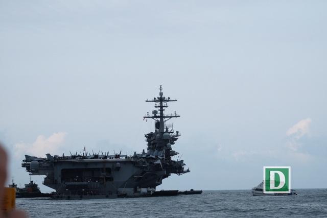 Cận cảnh siêu hàng không mẫu hạm Mỹ trên biển Đà Nẵng - 1