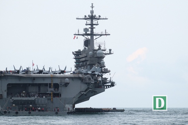 Cận cảnh siêu hàng không mẫu hạm Mỹ trên biển Đà Nẵng - 3