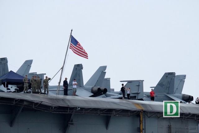 Cận cảnh siêu hàng không mẫu hạm Mỹ trên biển Đà Nẵng - 6
