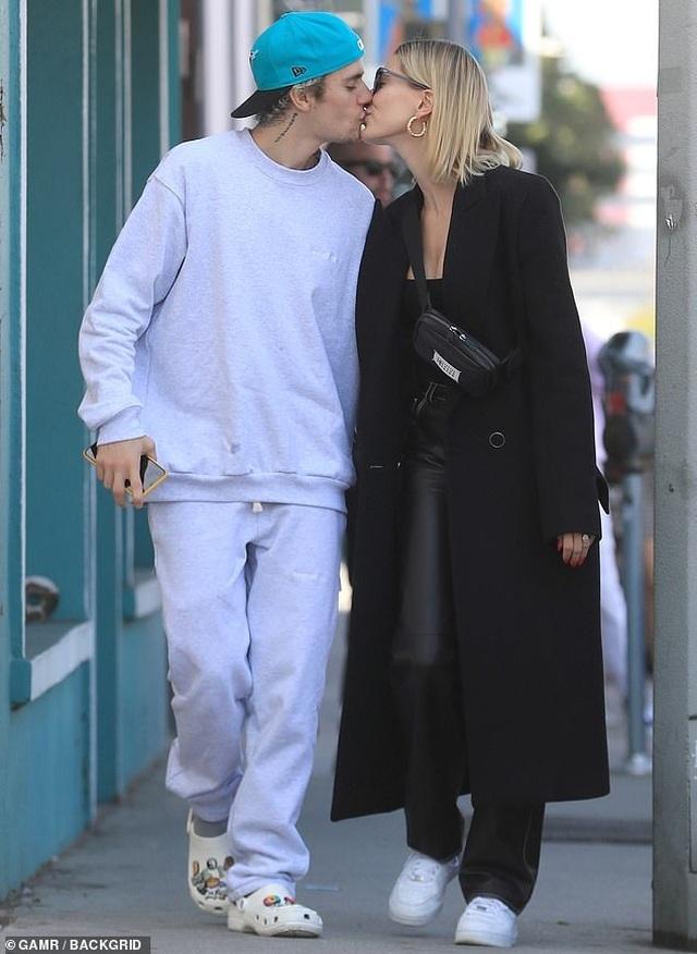 Justin Bieber tình tứ hôn vợ trên phố - 1