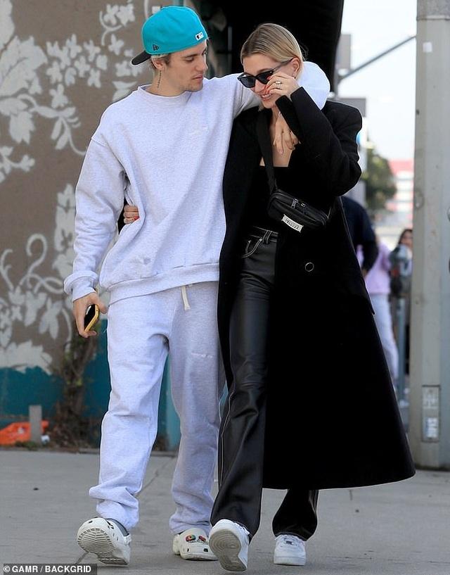 Justin Bieber tình tứ hôn vợ trên phố - 4