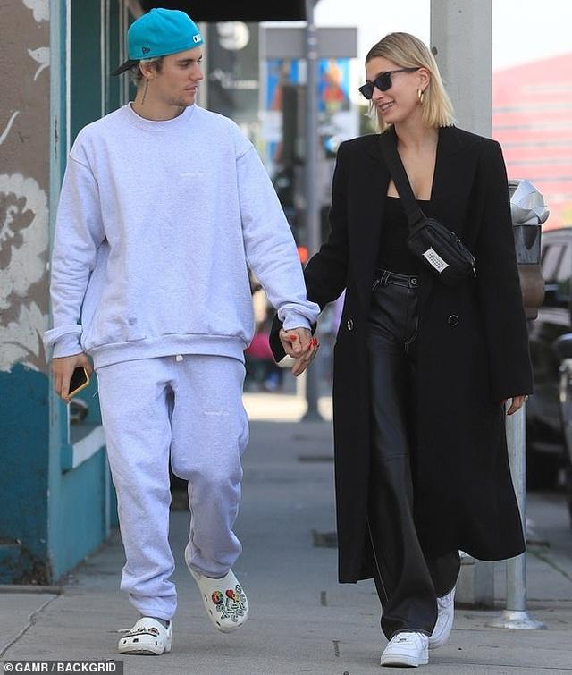 Justin Bieber tình tứ hôn vợ trên phố - 5