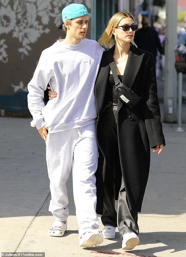 Justin Bieber tình tứ hôn vợ trên phố - 2