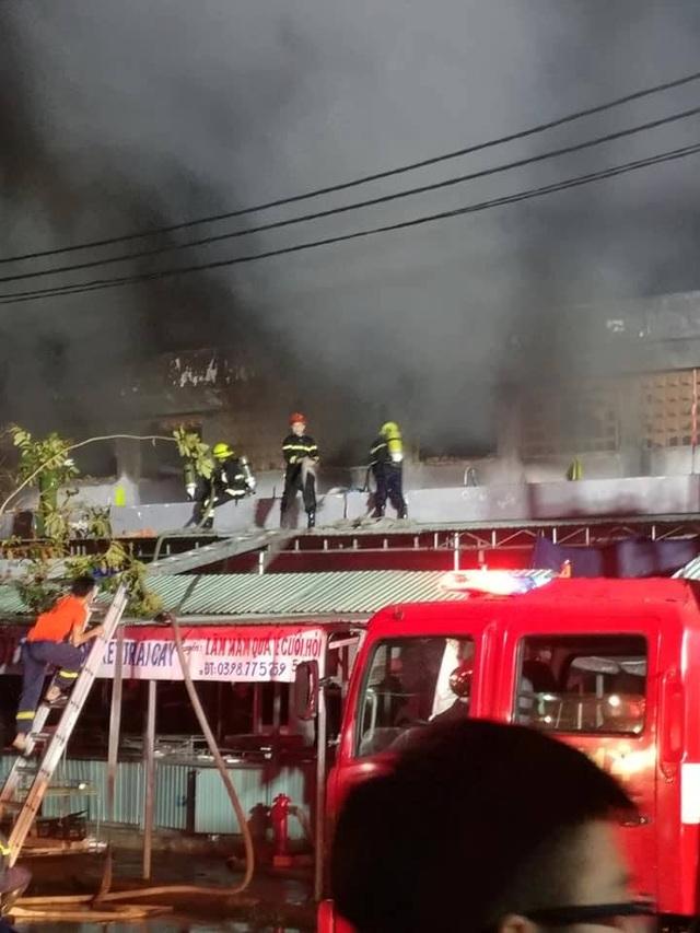 Cháy chợ lúc nửa đêm, gần 100 ki ốt bị thiêu rụi - 1