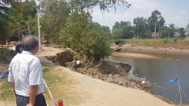 Sông ngoạm bờ 10m, ao cá, vườn cây tiền tỷ cuốn theo dòng nước - 2