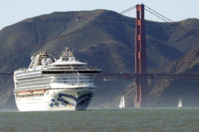 Du thuyền chở 3.500 người kẹt ngoài khơi Mỹ, nghi thành ổ dịch Covid-19 mới - 1