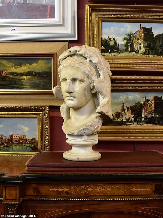 Đào được bức tượng cổ của Alexander Đại đế, bán lại với giá gần 11 tỷ đồng - 1