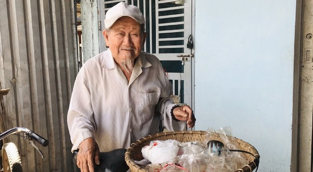 Cụ ông 90 tuổi bán đậu phộng để làm từ thiện giúp người nghèo - 1