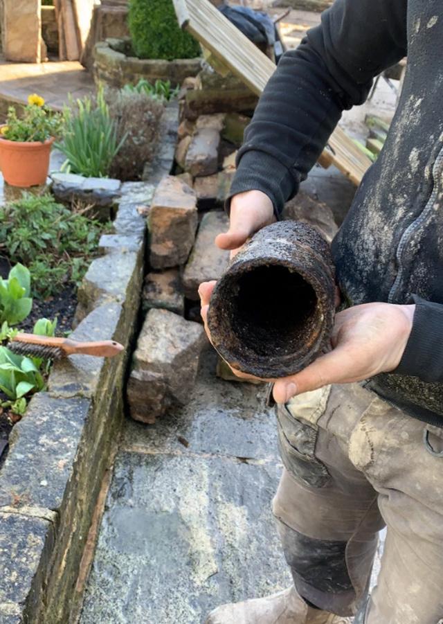 Đào được bom, cả nhóm thợ làm vườn rủ nhau chụp ảnh tự sướng - 4