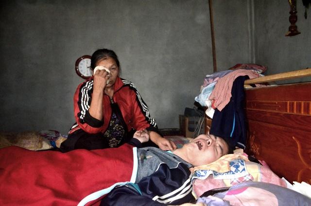 """Cha mẹ nghèo bất lực nhìn conbị chấn thương sọ não """"chết mòn"""" từng ngày - 5"""