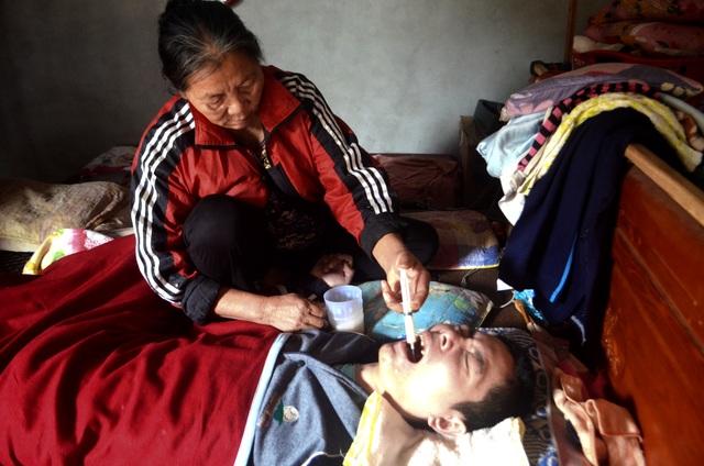 """Cha mẹ nghèo bất lực nhìn conbị chấn thương sọ não """"chết mòn"""" từng ngày - 2"""
