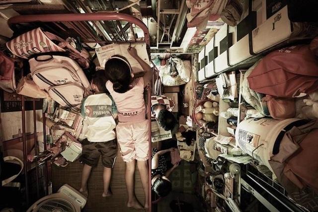 """Ám ảnh cuộc sống của cư dân nghèo trong nhà """"quan tài"""" tại Hồng Kông - 9"""
