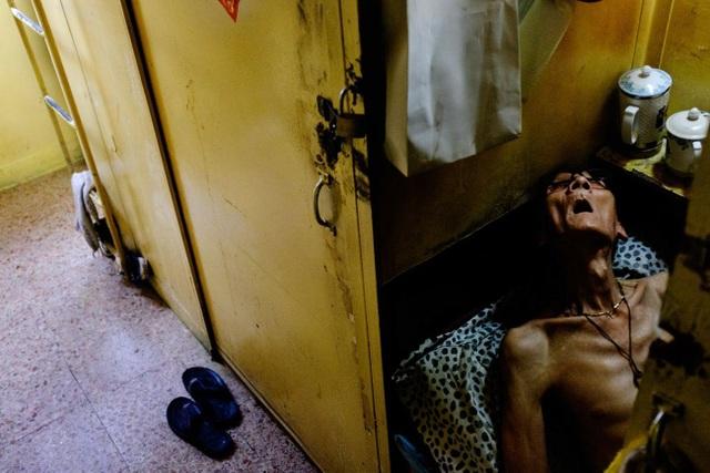 """Ám ảnh cuộc sống của cư dân nghèo trong nhà """"quan tài"""" tại Hồng Kông - 12"""