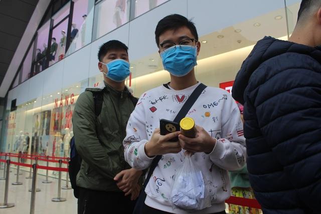 Chàng trai vượt 200km, xếp hàng từ mờ sáng ra Hà Nội chờ mua hàng hiệu Nhật - 8