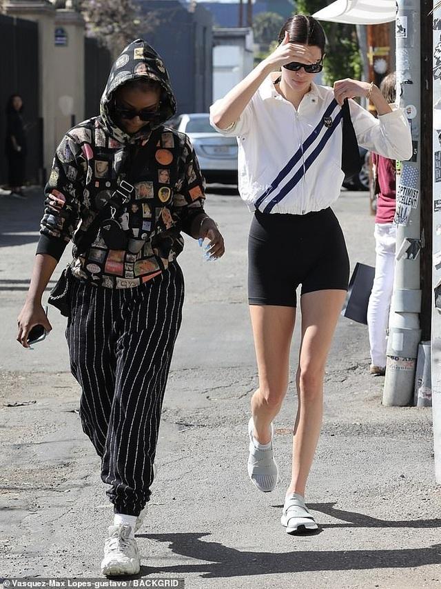 Kendall Jenner lộ chân dài thon thả - 4