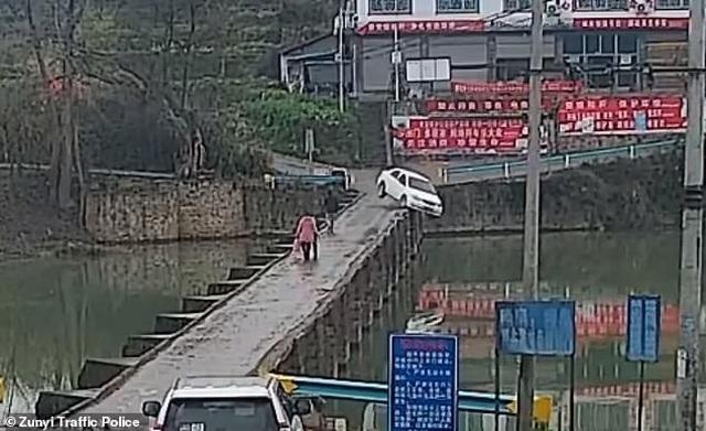 Thanh niên lao ô tô mới mua xuống sông vì... mải đọc tin nhắn - 1