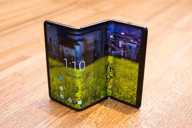 Cận cảnh smartphone màn hình gập 3 và smartphone trượt để mở rộng màn hình - 1