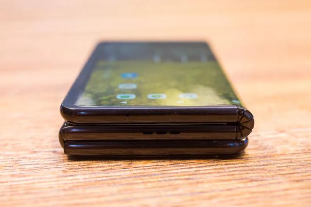 Cận cảnh smartphone màn hình gập 3 và smartphone trượt để mở rộng màn hình - 2